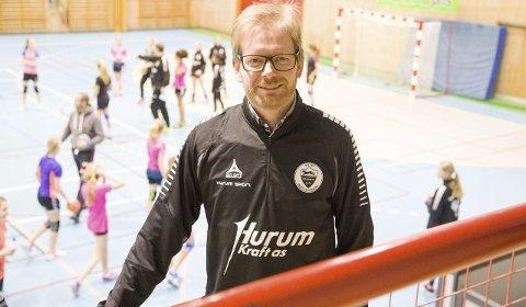 ØNSKER VELKOMMEN: Lasse Solberg skal lede Sætre IF Graabeins nye tilbud om Idrettsfritidsordning for skolebarna i Sætre. – Vi starter opp i mars, sier han.