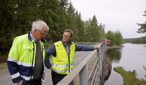 KLARE: Gjermund Molle (t.v.) og Knut Fjerdingstad sier Statkraft er klare for å starte rehabilitering av dammene på Tofte.
