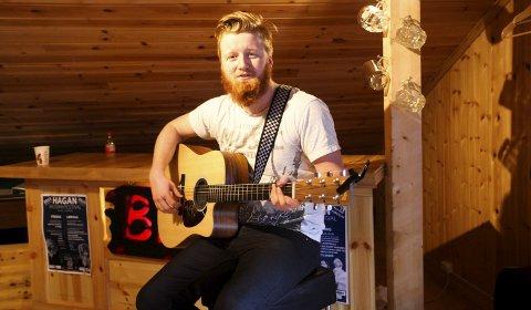Med gitaren: – Etter Hagan-festivalen i fjor følte jeg meg tryggere som artist. Jeg fikk også mange spillejobber i etterkant, forteller Sondre Bamrud. Til daglig jobbwer han som mekaniker på gravemaskiner i Lier.Foto: Lena Malnes
