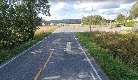 SANDEBUKTVEIEN: Det var på denne veien at mannen kjørte inn i en annen bil og forlot stedet uten å gjøre seg til kjenne.