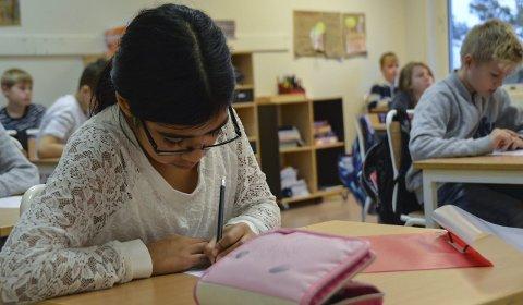 Blir testet: 5.-klassingene Ana Maria Gundersen Stokke (10) og Eivind Grøndahl (9) ved Helgerød skole svarer på spørsmål i en elevundersøkelse som tar for seg trivsel, trygghet og arbeidsglede.