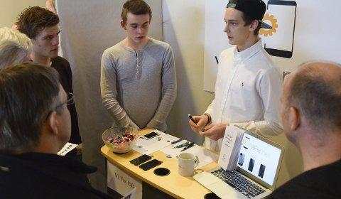 Mange unge gründere: Kristian Tholfsen i ungdomsbedriften ViFix forteller for interesserte næringsdrivende på en messe på Sandefjord videregående skole. Foto: Morten Fredheim Solberg