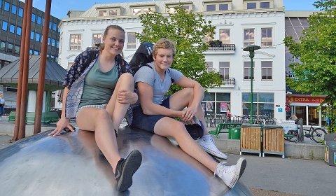 AVHOLDS: Amalie Lindstad og Gabriel Høgberg velger ikke å drikke alkohol, men bekrefter at mange under 18 år fester hver helg.
