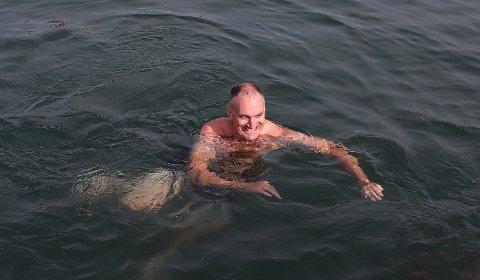 BADE: Harald Moskvil sier MDG ikke vil nekte noen å bade. Derfor tok han med seg partifeller til et bad på Strømbadet tirsdag morgen.