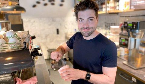 NYE LOKALER: Gründer og medeier av Adams Coffee, Adam Tankajev (27) har flyttet inn i nye lokaler i foodcourten.