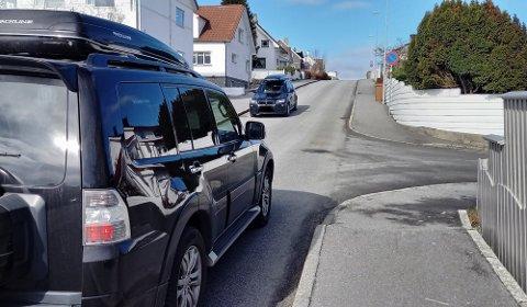 IVERKSATT: Fra i dag av er det parkeringsforbud i Sleireveien (bildet) og i Jønningsheiveien. Begge veiene er nå også omregulert til forkjørsveier.