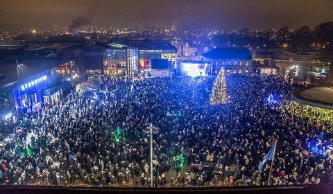 FØRSTE NYTTÅRSFEST: Slik så det ut på torget rett etter midnatt den første dagen i jubileumsåret 2016.