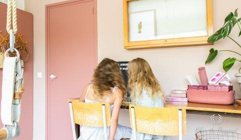 Når barna får velge, blir det fort litt farger på rommet. Men det trenger ikke å være de mest kulørsterke fargene på alle vegger. Gå gjerne for noe litt mer dempet, så det også er rom for ro.