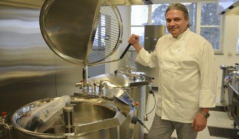 Steamkjeler: Kjøkkensjef Kim Anthony (56) viser fram to nye, store steamkjeler. I tillegg har han en litt mindre.