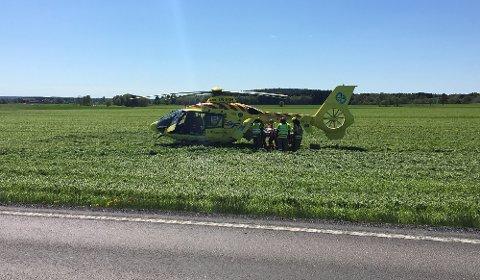 Den unge føreren av lettmotorsykkelen har ifølge operasjonsleder ikke livstruende skader.