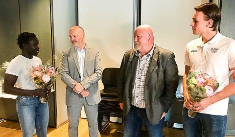 HEDRES: Bryter Grace Bullen (t.v.) og skytter Henrik Larsen (t.h.) får støtte fra Østfold fylkeskommune. Her får de rosende ord av fylkespolitikerne Andreas Lervik ( fra Arbeiderpartiet i grått) og Frps Ole Johan Lakselv (Frp).