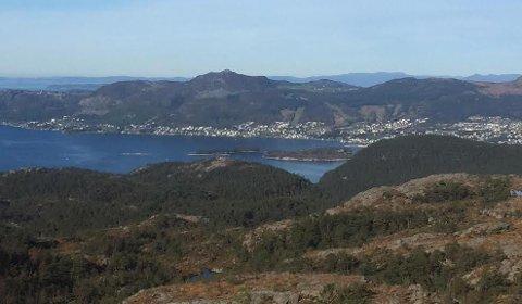 HØYT PÅ HESTEN: Utsikt fra fjelltoppen Hesten i retning Jørpeland. Etter grensejusteringen ved nyttår vil hele Hesten naturreservat ligge i Strand.