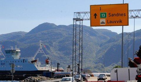 Fylkesrådmannen påpeker at fortsatt ferjedrift på Høgsfjorden ikke var et aktuelt tema da fylkeskommunen vedtok å stille milliardgaranti. (Arkivfoto)