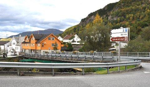 STÅR I VEGEN: Det gule Posthuset i Hjelmelandsvågen står i vegen for eit skikkeleg kryss. Hjelmeland kommune har fått tilbod om å kjøpa huset for 10 millionar, men rådmannen seier nei.