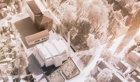 DEN PLANLAGTE KIRKEN: Slik er det planlagt at den nye kirken i Porsgrunn skal bli, med et obelisk-lignende tårn og en trekant i front. En klage er sendt til Sivilombudsmannen, og menighetens medlemmer mener det er riktig å vente på behandling av denne.