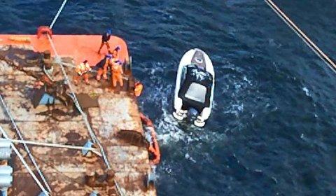 Uten innsatsen fra mannskapet, hadde den drivende båten blitt knust mot steinene i Svartebukt. Foto: MV Arctic Pearl