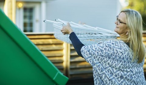 Vær nøye med hva du kaster i containeren. Foto: Ragn-Sells/ANB