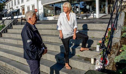 Minnested: Ordfører Jone Blikra i samtale med Lise-Ann Irgens Jørgensen i trappa på Jens Lauersøns plass. Her har folk lagt ned blomster og tent lys for å minnes de som omkom i den tragiske ulykken. Foto: Jimmy Åsen