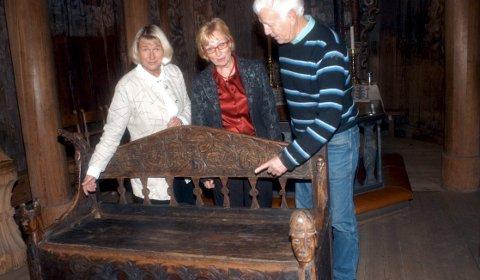 På utlån: En eneste gang har Brugdebenken vært utlånt til «hjemstedet» Heddal stavkyrkje. Det var noen få dager i 2007, under strenge sikkerhetstiltak. På bildet fra 2007 daværende leder for omvisertenesta Berit Lindheim, daværende ordfører Lise Wiik og ildsjef Halvor Sem.