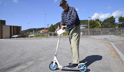 Landets eldste: Telen møtte Hans Kvamme i sommer på sparkesykkel. Han er trolig landets eldste utøver på kjøretøyet.