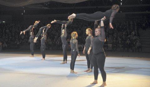 Akrobatikk: Dette er «Storetropp», gymnaster i alderen 12-20 år. Jentene har øvd fire uker på nummeret og leverte en prikkfri oppvisning. For det går ikke alltid like bra på øving ...