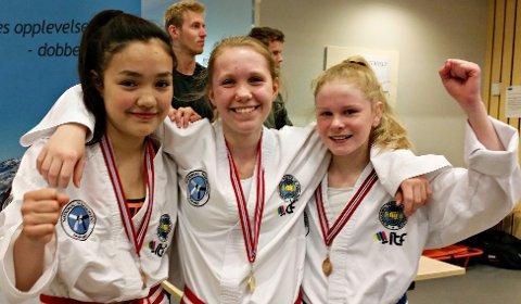 Emily Stangvik (fra venstre), Una Gravvold og Kristin Aasen gleder seg over gode plasseringer i fylkesmesterskapet.