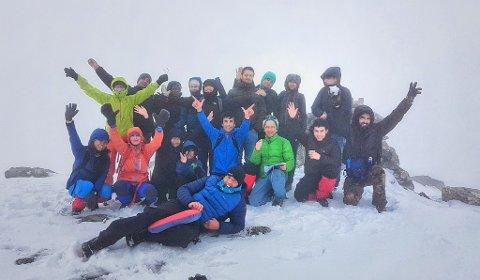 Her er gjengen på toppen av Skarven på Tustna. Snart skal de bestige Galdhøpiggen.