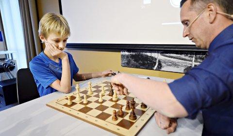 Møtte helten: Johannes Tylden har skrevet særoppgave om Torstein Bae. Torsdag kveld møttes de to over sjakkbrettet. 12-åringen spilte bra, men måtte til slutt gi tapt.