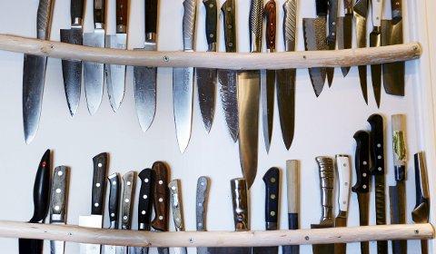 Penjonerte kniver: På veggen henger alle knivene Gausdal har fått i gave, av sponsor, i konkurranser  eller kjøpt selv.