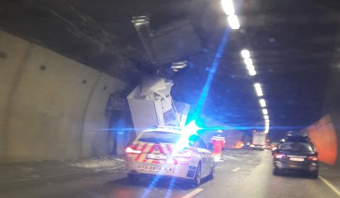TRAFF TAKET: Sjåføren mistet lappen etter at vogntoget han førte traff taket i Hillestadtunnelen.