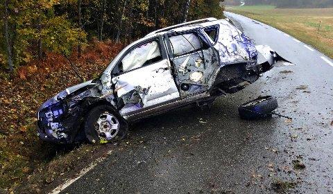 Bilen fikk store materielle skader i utforkjøringen.