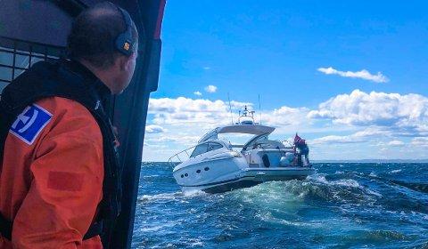 HJELPELØSE: For drøyt en uke siden måtte mannskapet om bord på redningsskøyta «Eivind Eckbo» bistå denne Princess-båten, som hadde fått motorstans sør for Verdens Ende. Og alle om bord var så sjøsyke, at de nærmest var helt hjelpeløse.