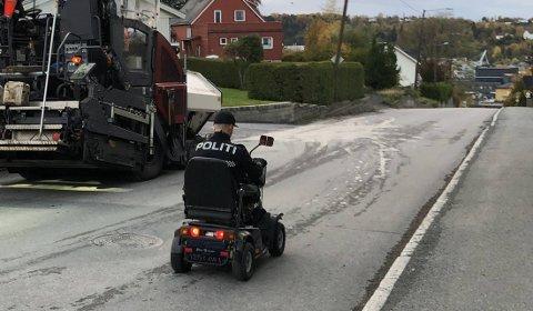 IKKE UTRYKNINGSFART: Her her politimannen på vei fra Bruborg til Sykehuset Levanger i den elektriske rullestolen som ble funnet torsdag ettermiddag.