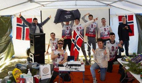 FEIRER OG LADER OPP: Gullmamma Unni Hovdal Iversen og Magnus Gjemse i front for feiringen i VM-teltet i Meråker. Nå skal det feires i gullstil, og lades opp til søndagens femmil.