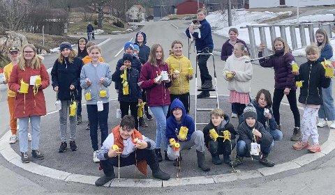 Glade for å glede andre: Sjetteklassingene på Vegårshei skule hadde et viktig oppdrag i dag: Spre påskeglede. Foto: Katja Løvnes