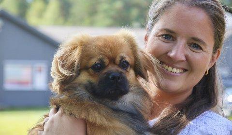 Tok med hunden: I juni tok Thea Solli med seg hunden Jesper og flytta til Åmli. Hun jobber nå som digital markedsfører for Multicoms ferskeste nettbutikk, Nettdyret. Jesper, som er et dyr, er ofte med matmor på jobb. Han har blitt maskot for hele Multicom. Foto: Marianne Stene