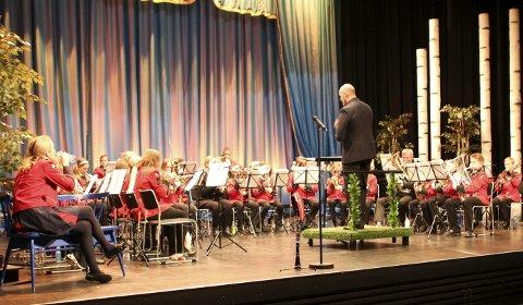På scenen: Valdres Junior Brass Band med dirigent Martin Kinn.