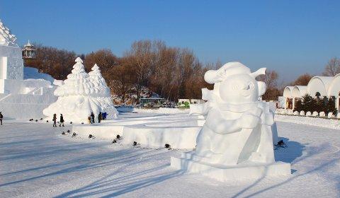Isskulpturer laget av de kinesiske snø-kunstnerne fra Team Harbin.