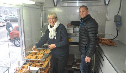 FAMILIEBEDRIFT:Jarle Throndsen (47) med mor Rita Næss (69) i smultringvogna utenfor Mosenteret.