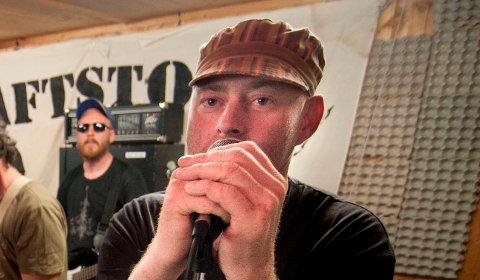 NITTEDALSROCKER:Erik Molstad som vokalist i Kraftstoff. Nå medvirker han mer tilbaketrukket på låt med Reinhold Rønstad.