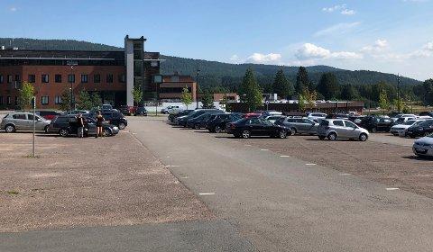 REDUSERTBEMANNING:Mange ledige parkeringsplasser er et positivt utslag av at de ansatte på rådhuset primært skal ha hjemmekontor. Slik så det ut onsdag ettermiddag.