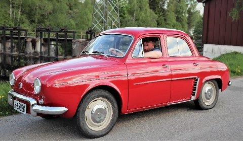 VELKLEDD: Den er ikke stor, man må nærmest «kle» på seg bilen, mener Frank Kvalvåg humoristisk.