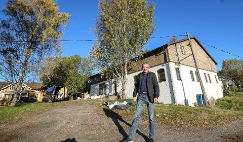 FRA FJØS TIL GALLERI: Det gamle fjøset på Sundby gård skal bli til kunstgalleri. - Dette tjener jeg ikke penger på. Jeg vil gi noe tilbake til samfunnet, sier eier Gunvald Andersen. Foto: Jon Gran