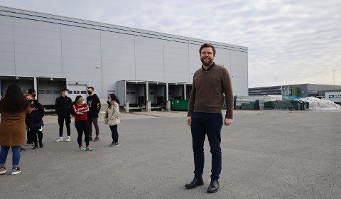 OMVISNING: Daglig leder Per William Frøisland i Netthandelsgruppen har her med seg noen av de ansatte på omvisning i de nye lokalene på næringsparken.