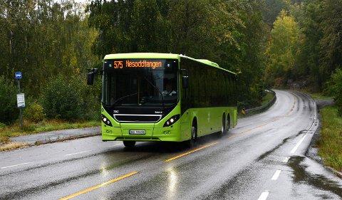 Det var på denne strekningen, her ved Sørli holdeplass mellom Fjellstrand og Alværn, bråket ombord i bussrute 575 utspant seg ved 23.30-tiden lørdag kveld.