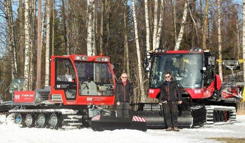 STOLTE: DFI Langrenns to faste løypekjørere, Terje Dahl og Espen Ege (orange solbriller) er stolte av de to nye maskinene de i årene framover skal benytte i Drøbak.