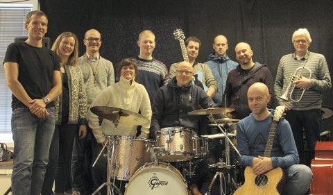 KLARE FOR KONSERT: Save Me Barry med ni herlige gjestemusikere er klare for konsert i Storstuggu. Vi gleder oss, sier Vegar Dahl. Alle foto: Henning Smedås