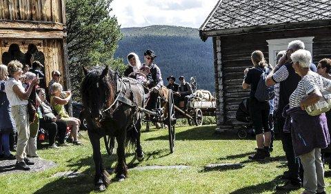 Hestskyss: Hemfølget kom til gards med to hester, kjørt av Henrik Brendryen og Arnulv Husum. Begge kuskene er for øvrig oldebarn av Marit Ellefsdatter som kom flyttende i 1865. Alle foto: Bård H. Lohn