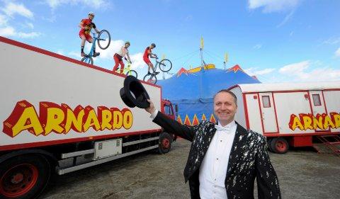 SPEKTAKULÆRT: Turnéleder Are Arnardo med tøffe stuntsyklister.