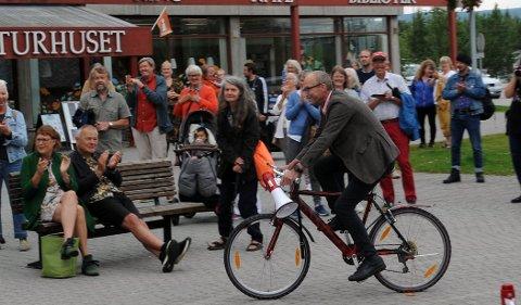 PÅ SYKKEL: Sosialantropolog Thomas Hylland Eriksen stiftet Tønsberg Anarkistiske Sykkelklubb for 40 år siden. Han ankom naturlig nok TronTalks på sykkel for å holde åpningstalen.